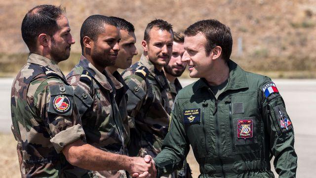 le-president-emmanuel-macron-d-salue-les-militaires-de-la-base-aerienne-125-d-istres-le-20-juillet-2017_5919202.jpg